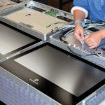 Die Montage und Verdrahtung der Panel PCs geschieht manuell, denn dabei ist höchste Genauigkeit nötig