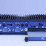 Frontansicht_Embedded-Industrie-PC_EL1093:_Der_2,5-Zoll-Laufwerksschacht_ist_werkzeuglos_von_vorne_zugänglich_und_kann_mit_einer_SSD_oder_Festplatte_bestückt_werden.;_Front_view_of_the_EL1093_Embedded_Industrial_PC:_The_2.5-inch_drive_bay_is_accessible_fr