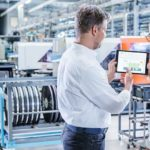 Ingenieur in der Smart Factory