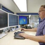 Sven_Rottgardt,_verantwortlich_für_Project_Management_&_Engineering_bei_der_FEST_GmbH_am_Bildschirm-Arbeitsplatz